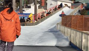 巨大スライダー。全長33メートルのコースをゴムボートで滑ります。これは大人も楽しい。