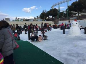 雪だるま広場。雪だるまを作って飾りつけをしたり、思い思いに雪で遊ぶことができます。