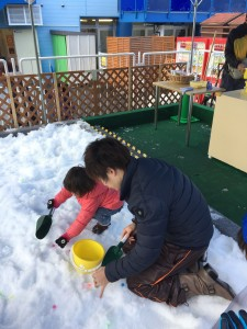 宝探し。スコップで雪をザクザク掘って探します。